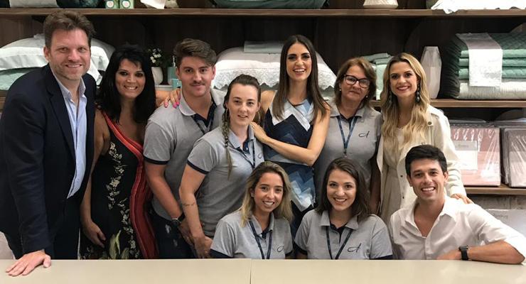Chris Flores, Carlos Bertolazzi e Beca Milano visitam Altenburg Store em Balneário Camboriú (SC)
