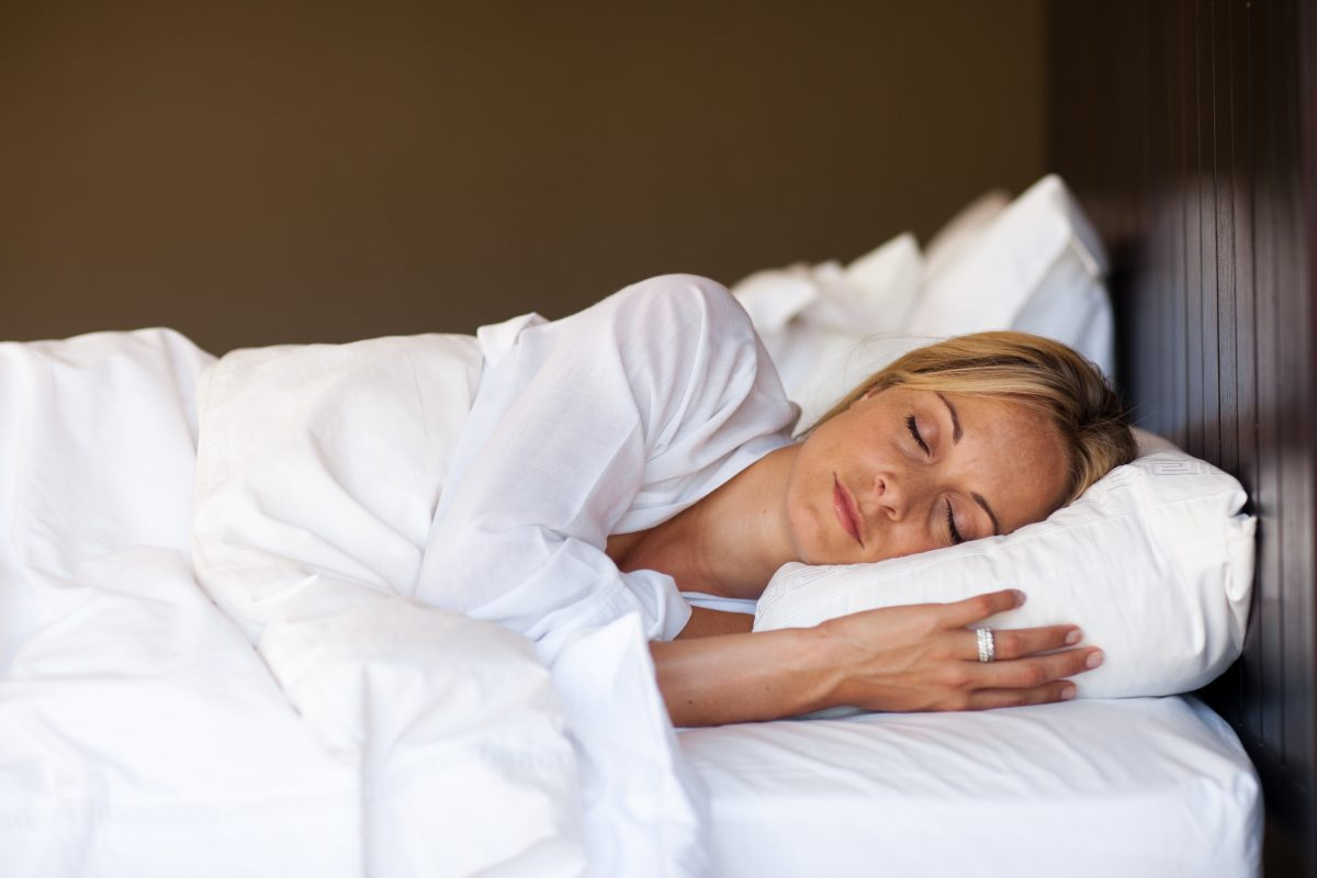 Existe benefício para quem dorme do lado esquerdo? Entenda