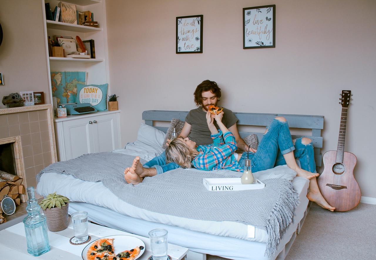 Opções de roupa de cama da Altenburg para casais