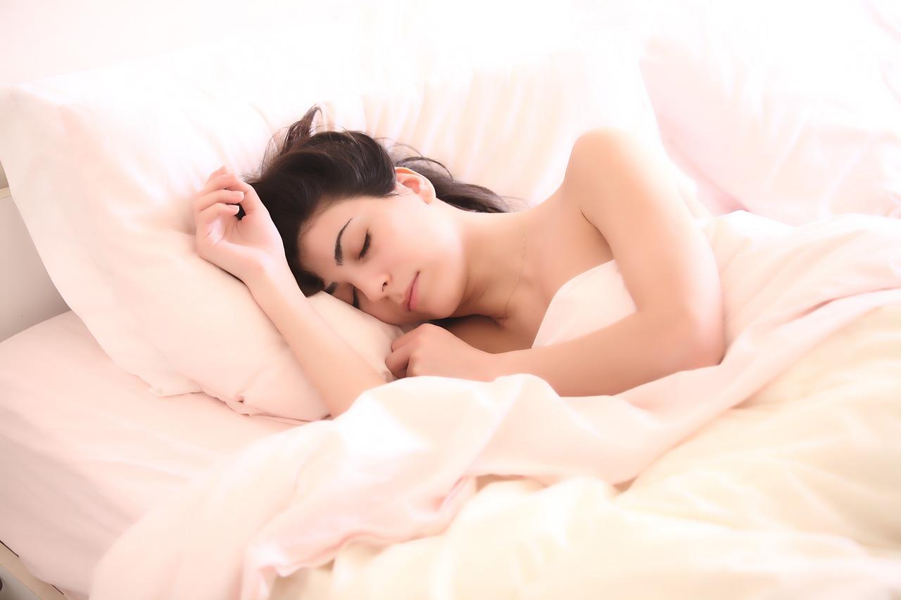 Você sabia que dorme menos conforme envelhece? Entenda