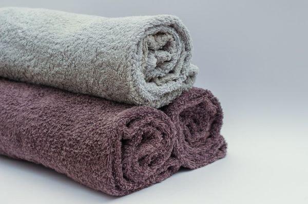 Toalhas duras:  confira os erros que você comete ao lavar sua toalha